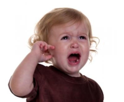 Болит ухо у ребенка: симптомы