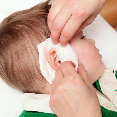 Болит ухо у ребенка: первая помощ