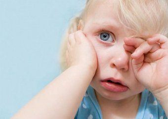 Почему уребенка гноятся глаза и что делать?