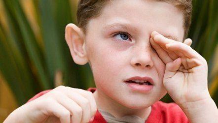 Закатывания глаз у детей: что делать